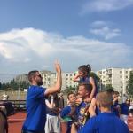 Viena iš jauniausių programos dalyvių su savo treneriais apdovajama J.Valančiūno