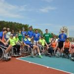 Vežimėlių krepšinio komandos su garbės svečiais