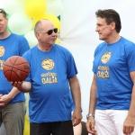 Olimpinis čempionas V.Chomičius (dešinėje)ir Šeškinės direktorius(centre) su kamuoliu, kuriuo buvo atidaryta aikštelė 2006 ir 2015