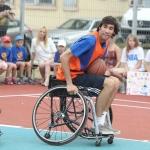 Augie Kazickas išbando vežimėlių krepšinį