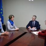 """Susitikime sutarta, kad meras Skirmantas Mockevičius kartu su administracijos direktore Vida Rekešiene inicijuos kreipimąsi į Kazickų šeimos fondą dėl projekto """"Krepšinio galia"""" finansavimo dar dviejose Jurbarko rajono mokyklose."""