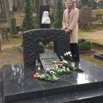 Jūratė Kazickaitė prie tėvelių kapo
