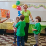 Mažieji mokyklos mokiniai sveikina mokyklą su gimtadieniu