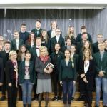 Jūratė, Lucy, Augustine Kazickai, fondo darbuotojos N. Baumilienė ir A. Vertelkaitė su Panevėžio V. Žemkalnio gimnazijos mokiniais bei vadovybe.