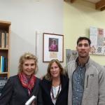 Jūratė, Lucy ir Augustine Kazickai šalia Aleksandros Kazickienės nuotraukos Panevėžio V. Žemkalnio gimnazijoje.