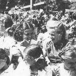 Jūratė Kazickaitė ir Seselė Ignė (tada Gražina Marijošiūtė) smagiai leidžia laiką mergaičių stovykloje Putnam'e