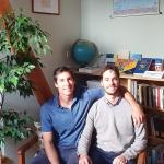 Augie ir Peter Kazickai mokyklos skaitykloje, įrengtoje Aleksandros Kazickienės lėšomis