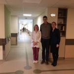 Jonas Kazickas ir Neila Baumilienė su dr. J. Rascon Vilniaus Santaros Ligoninės Vaikų Onkologijos skyriuje