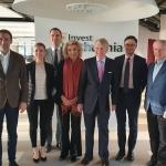 Jūratė Kazickaitė ir Roger Altman su Investuok Lietuvai komanda