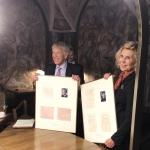 Juratė Kazickaitė ir Roger Altman su Vilniaus Universiteto įteiktais dr. Juozo P. Kazicko ir Aleksandros Kazickienės studijų išrašais
