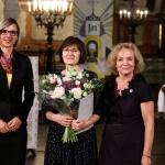 Premijos laureatė Rita Miliūnaitė su KFF Vilniaus biuro direktore Agne Vertelkaite ir Lietuvių kalbos draugijos valdybos pirmininke prof. dr. Genovaitė Kačiuškienė