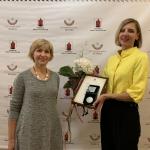 KFF Vilniaus biuro direktorė A. Vertelkaitė su V. Žemkalnio gimnazijos mokytoja Jolanta Astramskiene