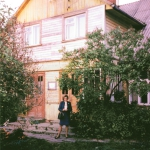 Aleksandra Kazickienė prie namo, kuriame gyveno su Bite. apie 1980 m.
