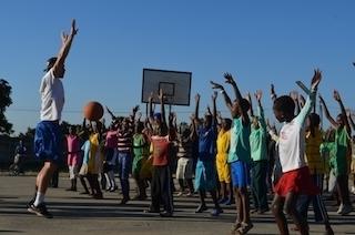 Peteris su vaikais Zimbabvėje 2013m.