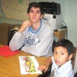 Jack Kazickas savanoriauja Mercy Centre kaip anglų kalbos ir skaitymo mokytojas